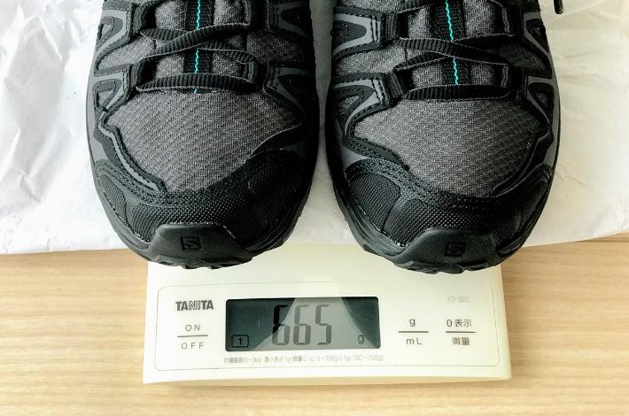 登山靴サロモン X ULTRA 3 PRIME GTXを計りで重さをはかっている