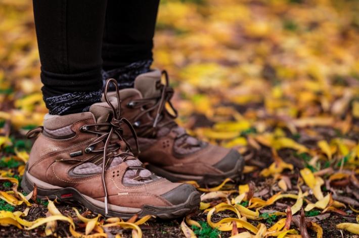 ミドルカットの登山靴を履いた女性