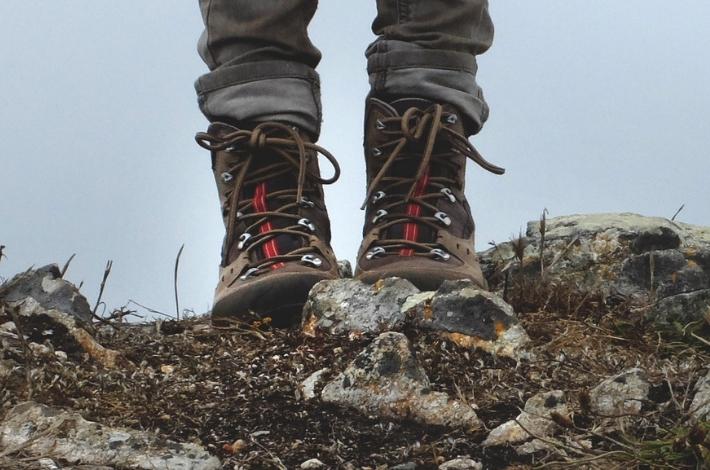ハイカットの登山靴を履いた女性