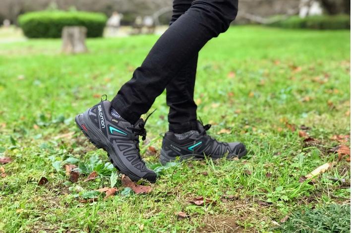 登山靴サロモン X ULTRA 3 PRIME GTXを女性が履いて歩いている姿を横から見ている状態