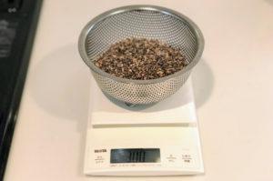 九州産紫もち麦のダイシモチを300gはかる