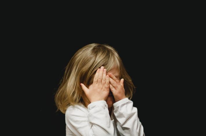 女の子が恐怖で目を覆っている