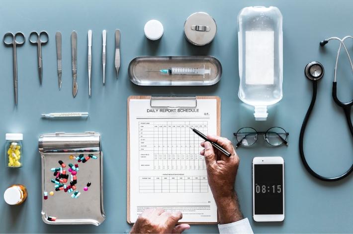 医者の検査キットが並べられている