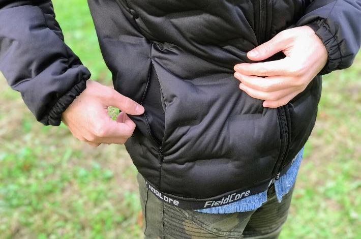 ワークマンプラスフィールドコア アルティメットフーデッドパーカーを男性が着てサイドのポケットを開いている