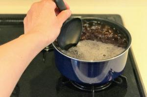 九州産紫もち麦のダイシモチをゆで、沸騰したらあくをとる