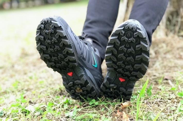 登山靴サロモン X ULTRA 3 PRIME GTXを女性が履いて底が見えている状態