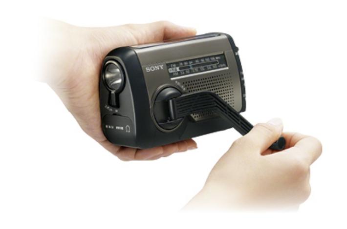 SONY(ソニー) ICF-B99を手回し充電している公式ページの画像