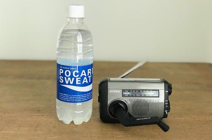 SONY(ソニー) ICF-B99とペットボトル500mlを比較するためテーブルに置いている
