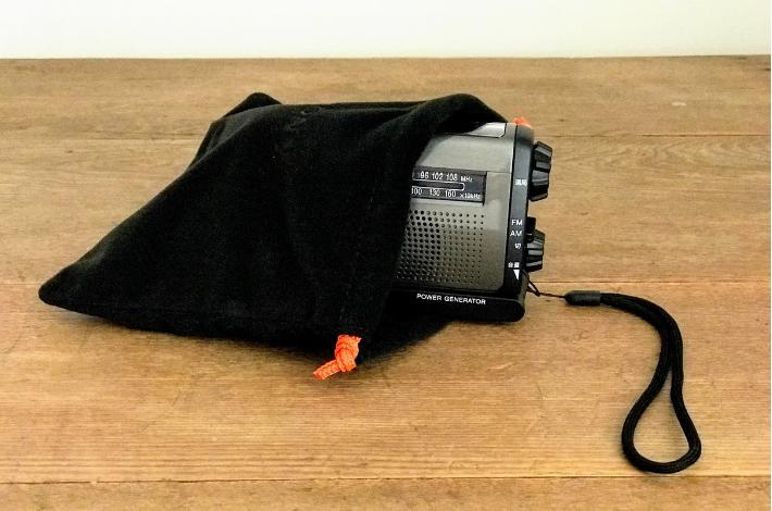 SONY(ソニー) ICF-B99の付属品のキャリングポーチにラジオをいれている