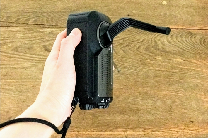 SONY(ソニー) ICF-B99にストラップをつけて、手回し充電中