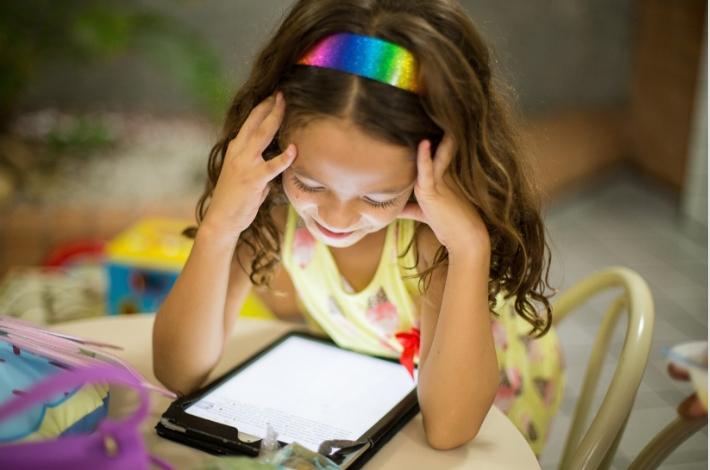 女の子がタブレットを見ている
